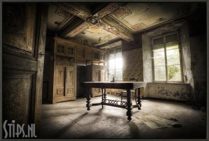 Verlaten kamer met tafel schilderijen fotokunst photo art