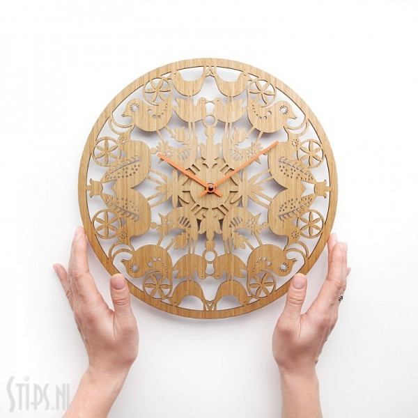 whole world is on a lilly blossom wandklok hout etno design